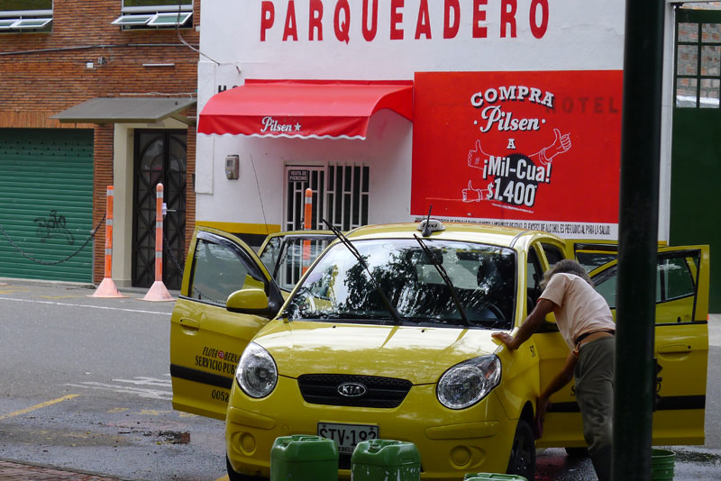classic - guys washing a taxi next to Parque Poblado